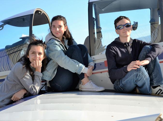 Photo d'élèves à bord d'un avion pour leur vol BIA